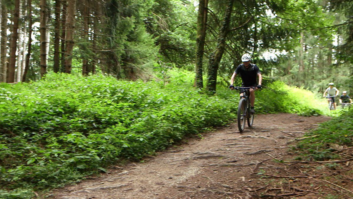 Am Taubenberg im Landkreis Miesbach sind Mountainbiker zu einem echten Problem geworden. Viele der Strecken, auf denen die Radler fahren, sind illegal. Von den Bikern angelegt, ohne die Besitzer zu fragen. Und die haben jetzt die Nase voll.