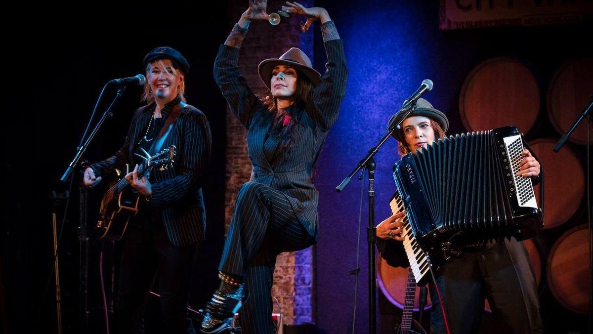 Frauen-Trio Vicki Kristina Barcelona bei einem Auftritt in einem Club