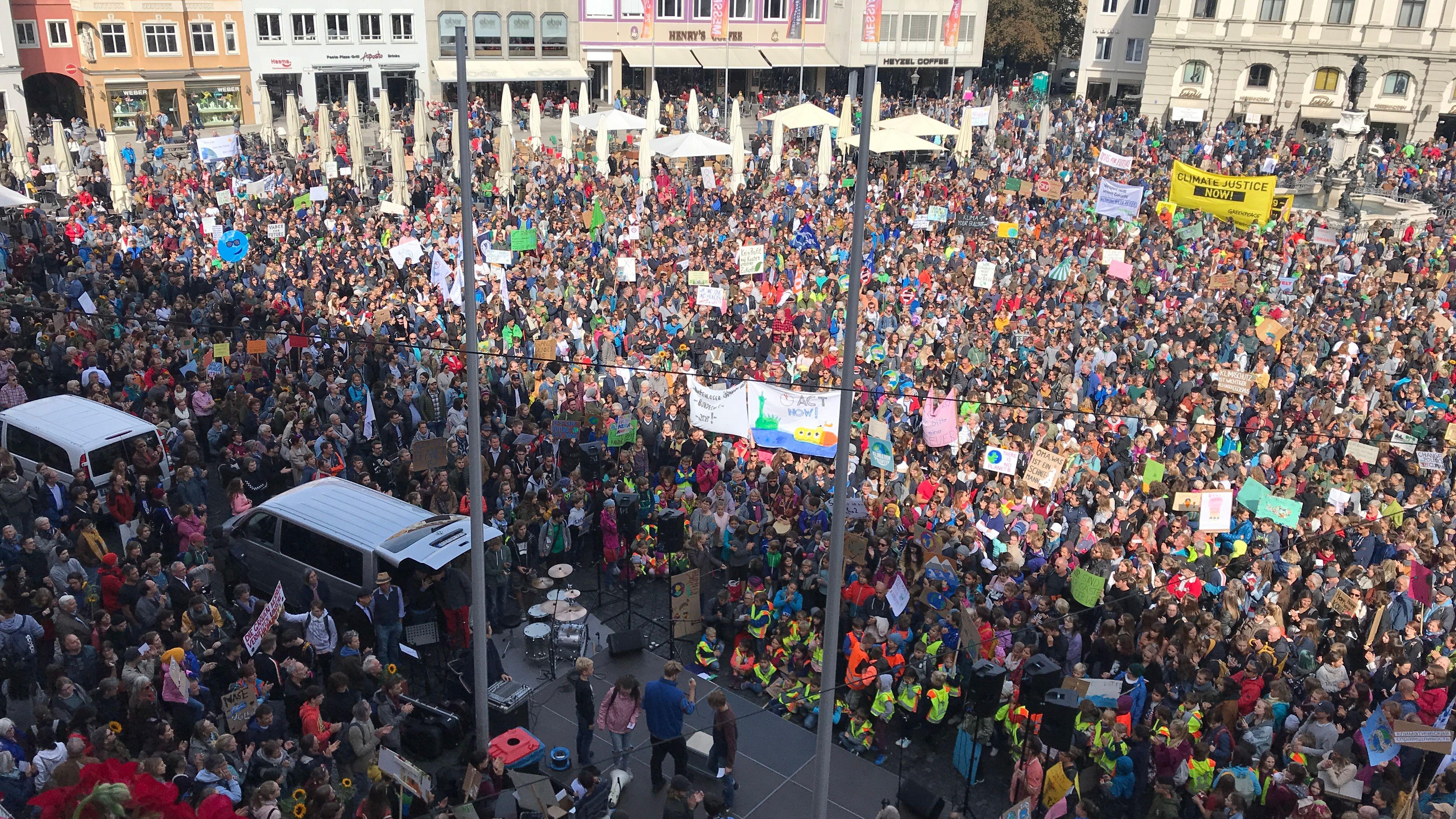 Der Blick vom Augsburger Rathausturm auf die Klimademo
