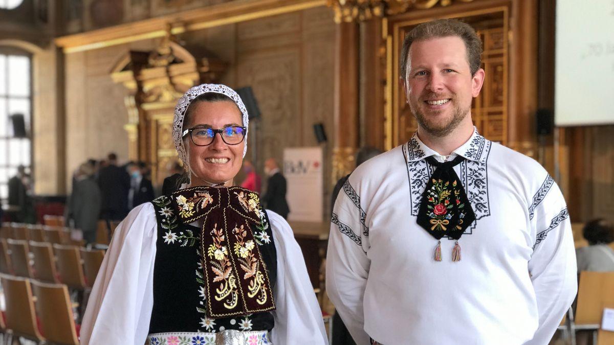 """Zwei Augsburger zeigen Siebenbürger Tracht beim """"Tag der Heimat"""" 2020 in Augsburg"""