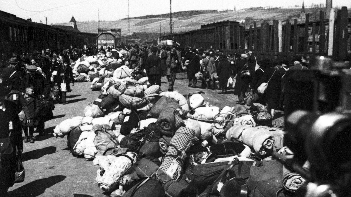 """Juden werden am Würzburger Güterbahnhof """"Aumühle"""" deportiert"""
