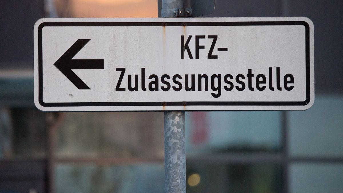 Schild: KFZ-Zulassungsstelle