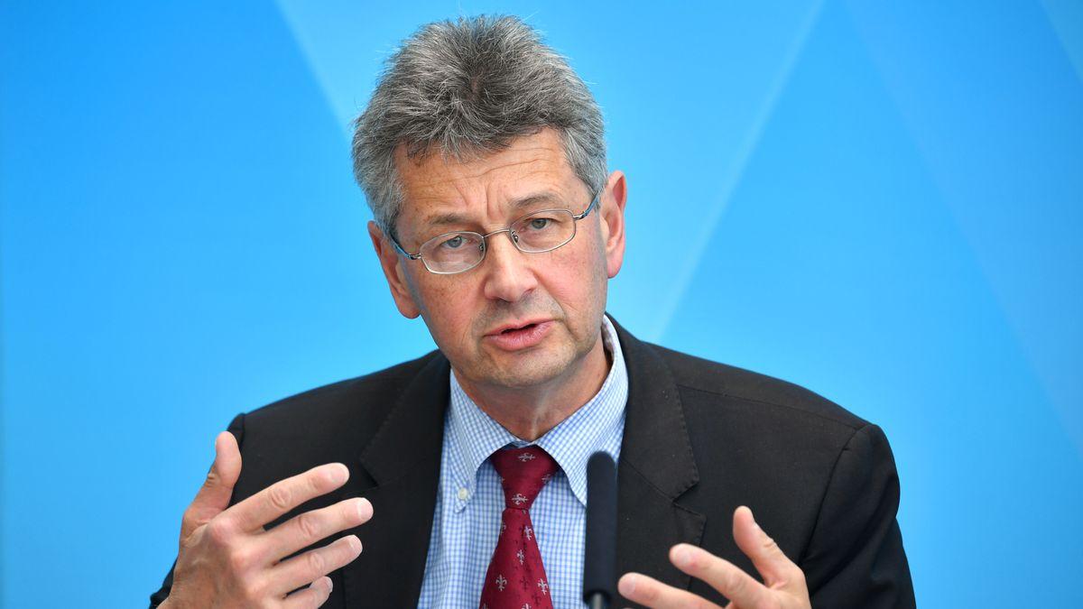 Bayerns Kultusminister Michael Piazolo (FW) bei einer Pressekonferenz (Archivbild).