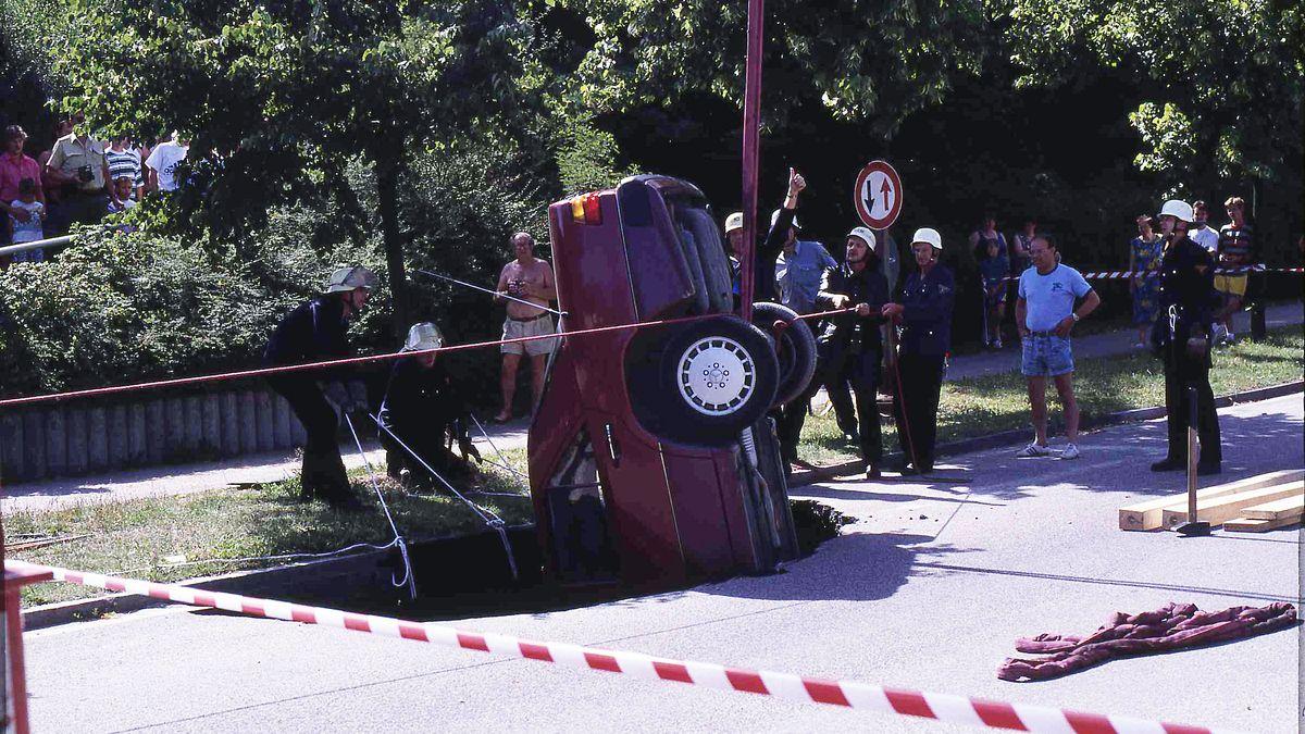 Ein eingestürztes Auto am Sallerner Berg im Jahr 1994.