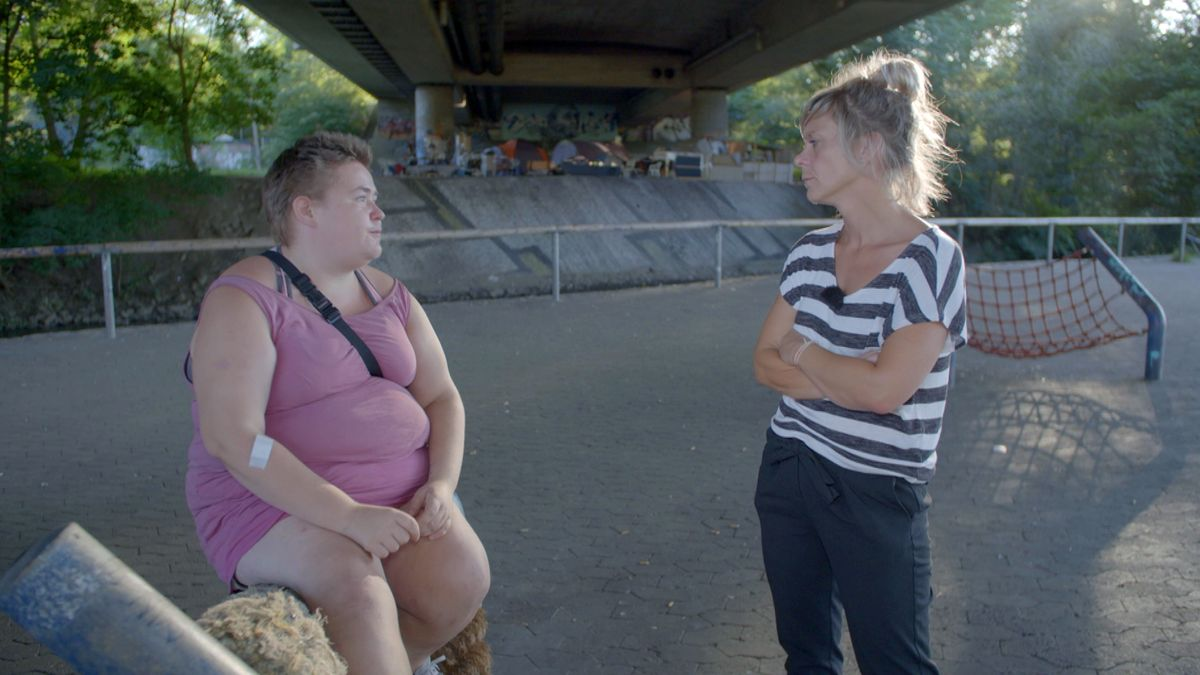 Jenny mit Sozialarbeiterin Tanja Holzmeyer vor ihrem jahrelangen Wohnort unter der Brücke