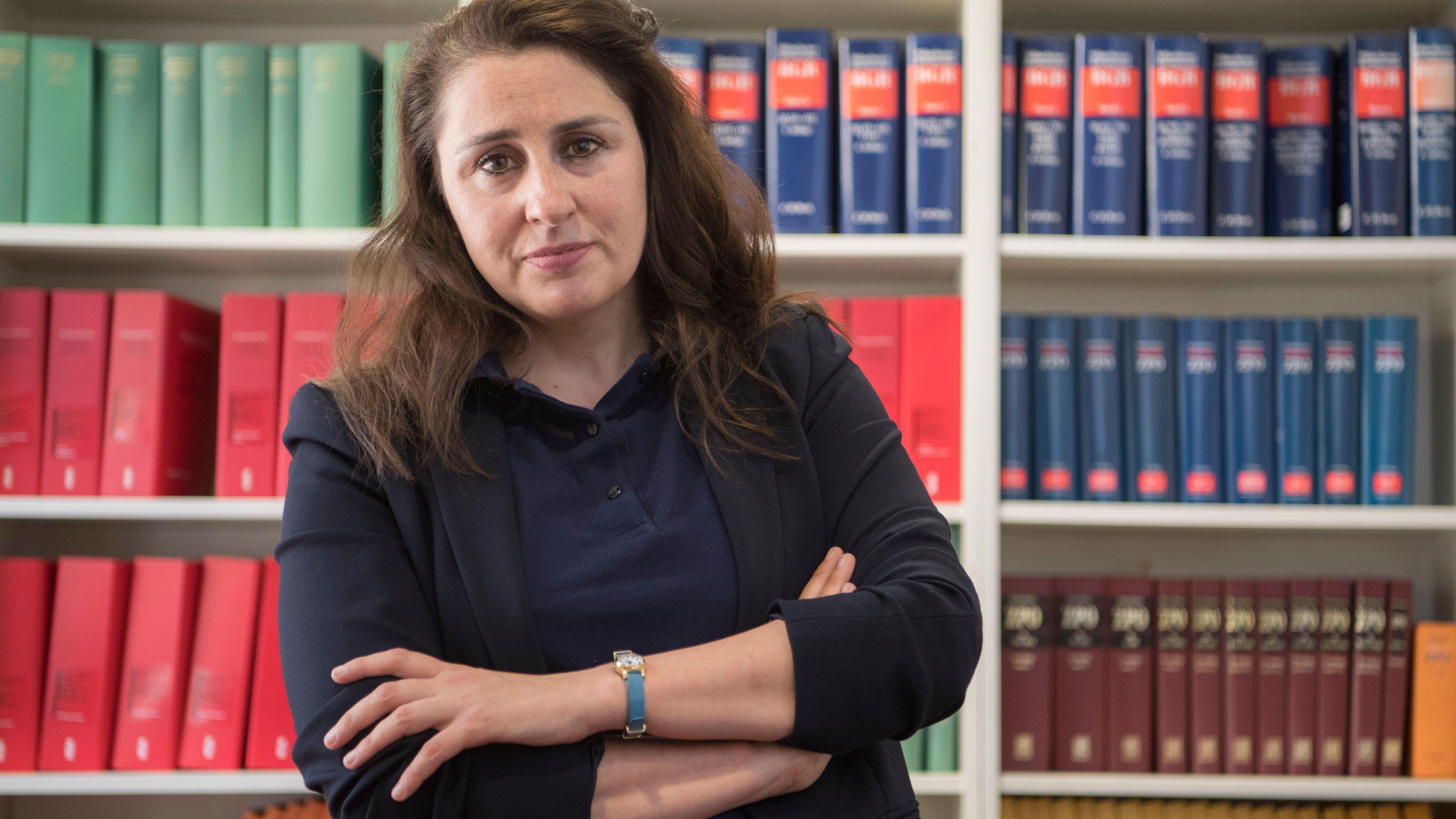 Seda Basay-Yildiz, Rechtsanwältin, steht in ihrem Büro.