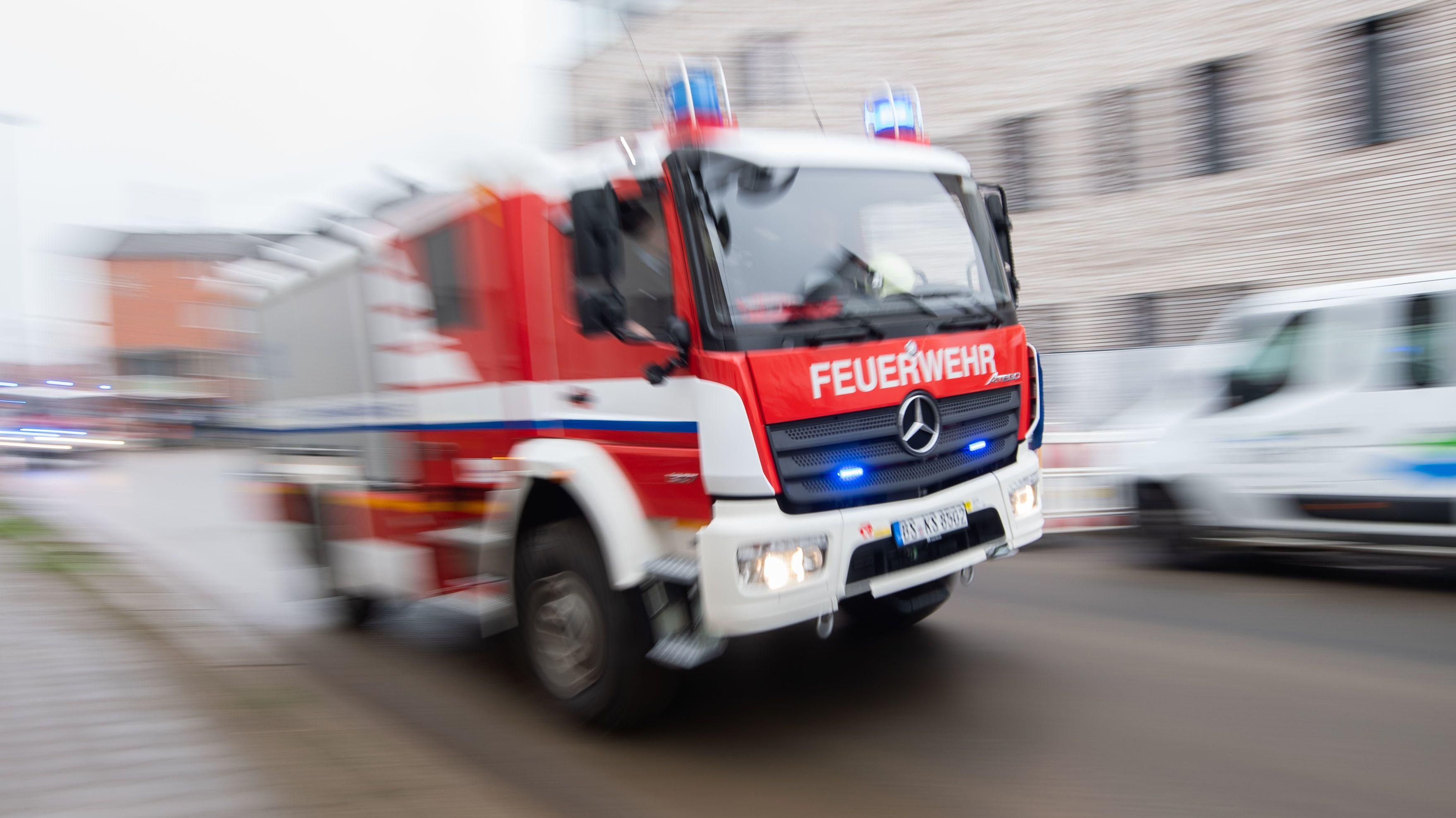 Feuerwehrauto im Einsatz.