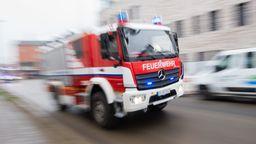 Feuerwehrauto im Einsatz. | Bild:dpa-Bildfunk/Julian Stratenschulte