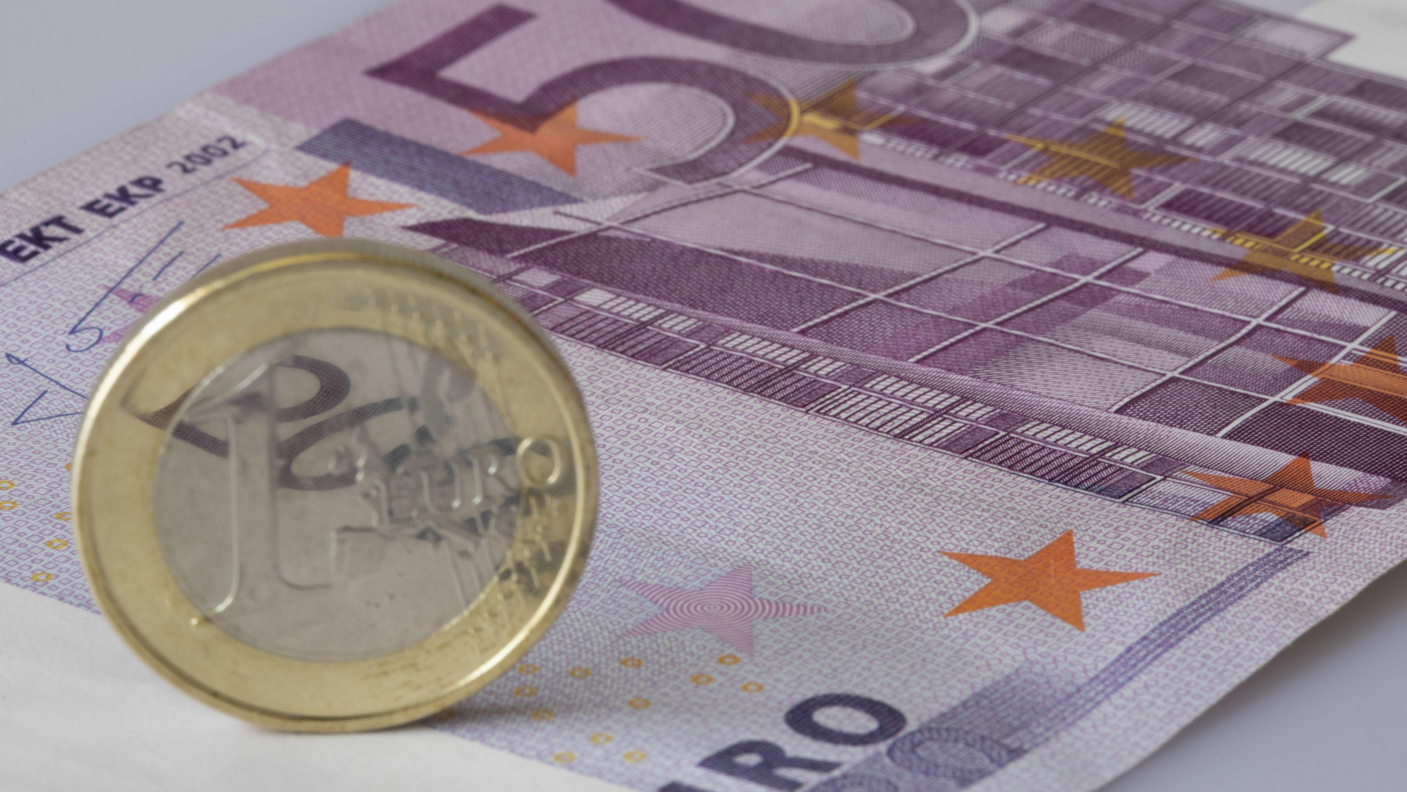 Euroschein mit Münze