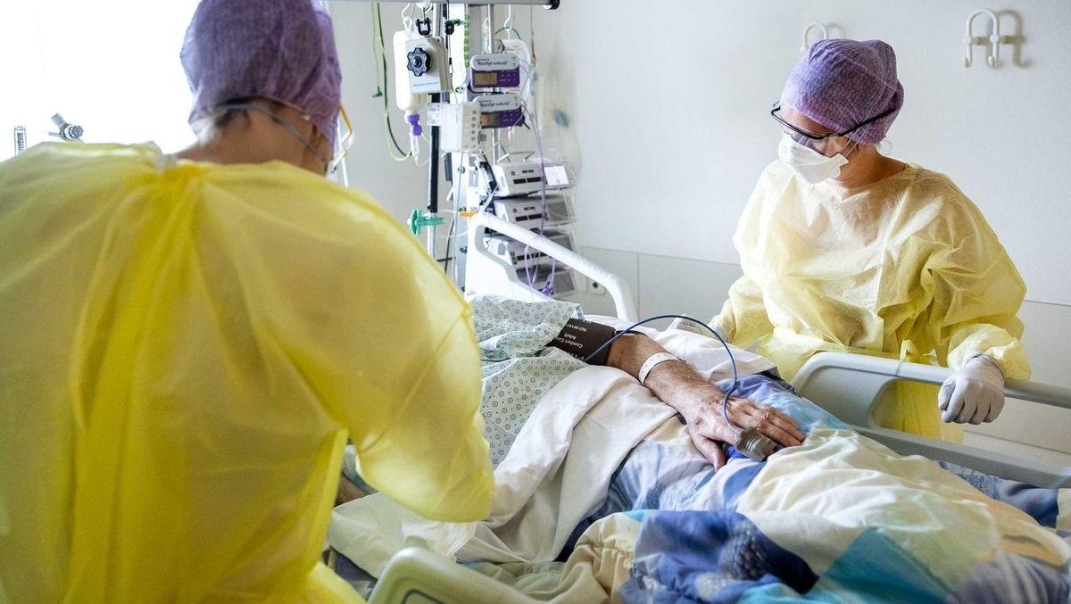 Pflegepersonal mit Schutzkleidung auf einer Intensivstation