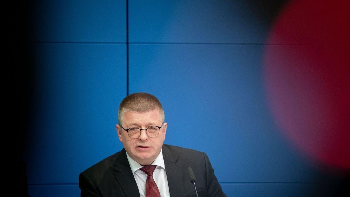 12.03.2020, Berlin: Thomas Haldenwang, Präsident vom Bundesamt für Verfassungsschutz (BfV), gibt eine Pressekonferenz zum Stand der Bekämpfung des Rechtsextremismus seines Amtes.
