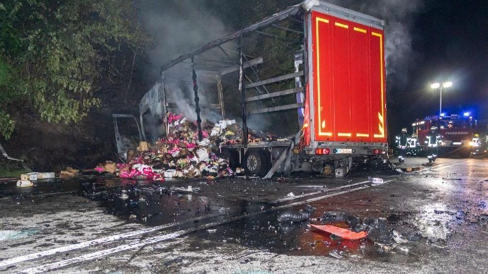 Der ausgebrannte Lkw am Unfallort