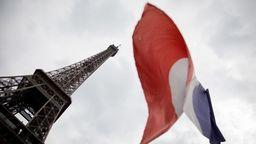 Die französische Flagge weht unter dem Eiffelturm | Bild:dpa-Bildfunk/Kay Nietfeld