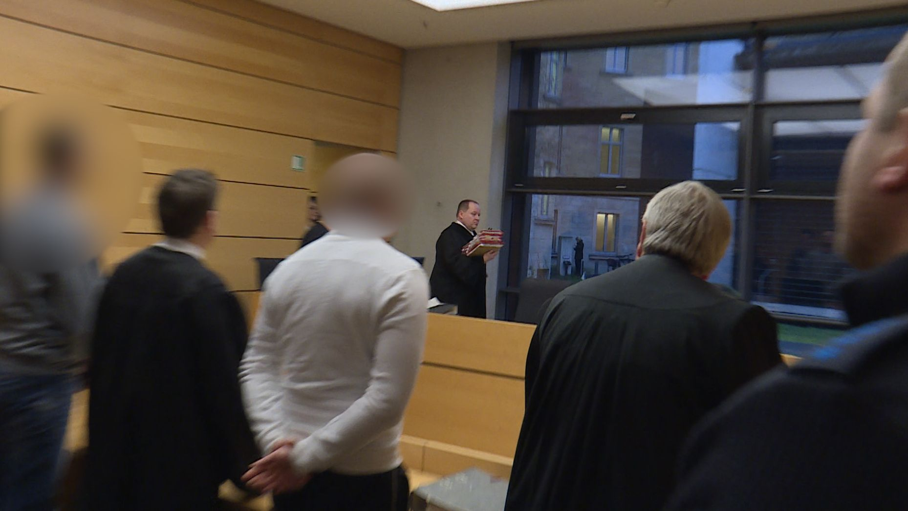 Zwei mutmaßliche Neonazis müssen sich vor dem Würzburger Amtsgericht verantworten.