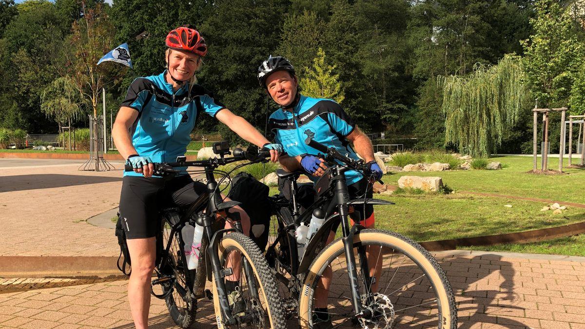 Ute Jansen und Markus Frommlet auf ihren Fahrrädern