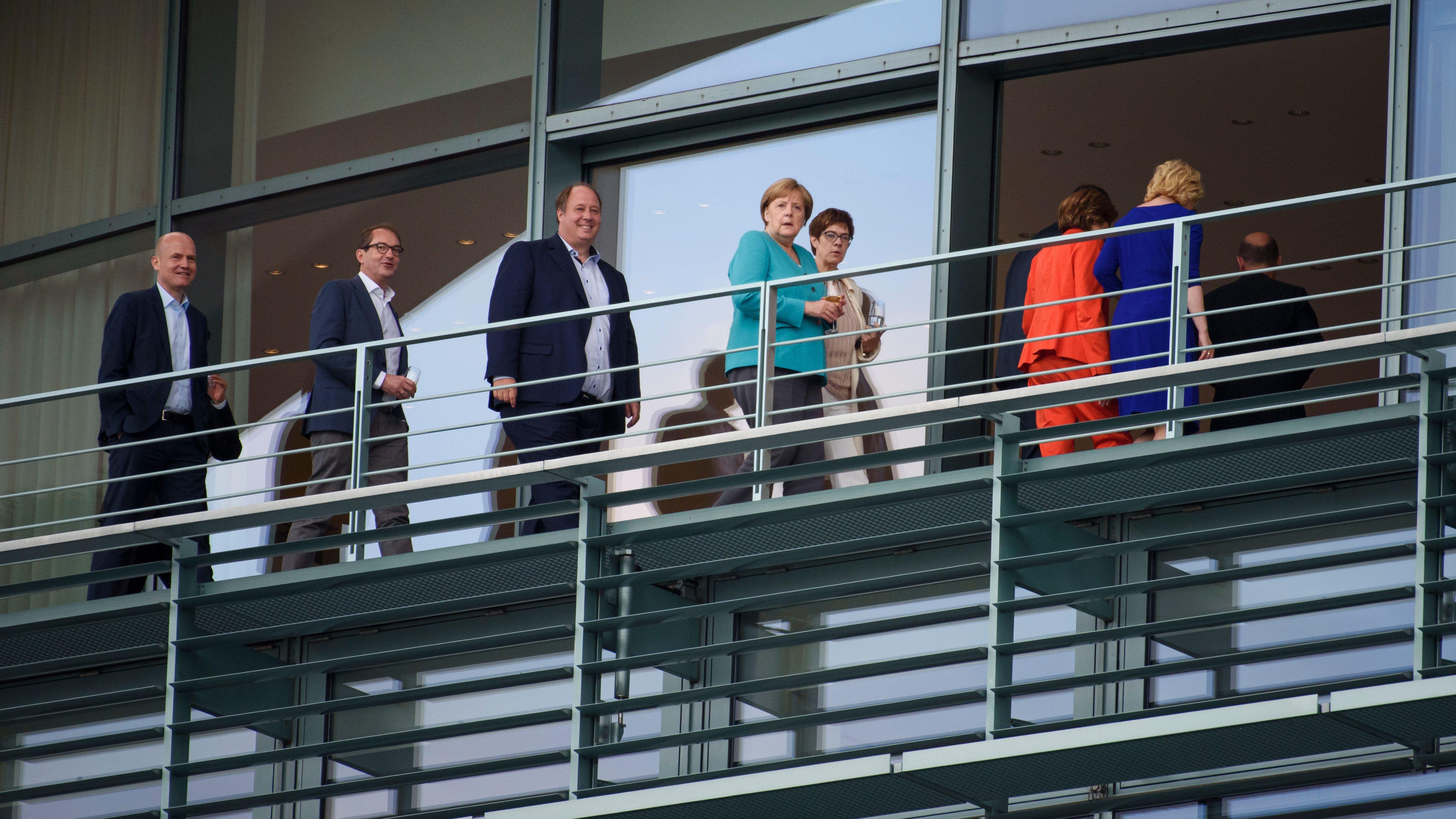 Berlin: Regierungsvertreter gehen vor Beginn eines Treffens des Koalitionsausschuss von CDU'/CSU und SPD über einen Balkon im Bundeskanzleramt.