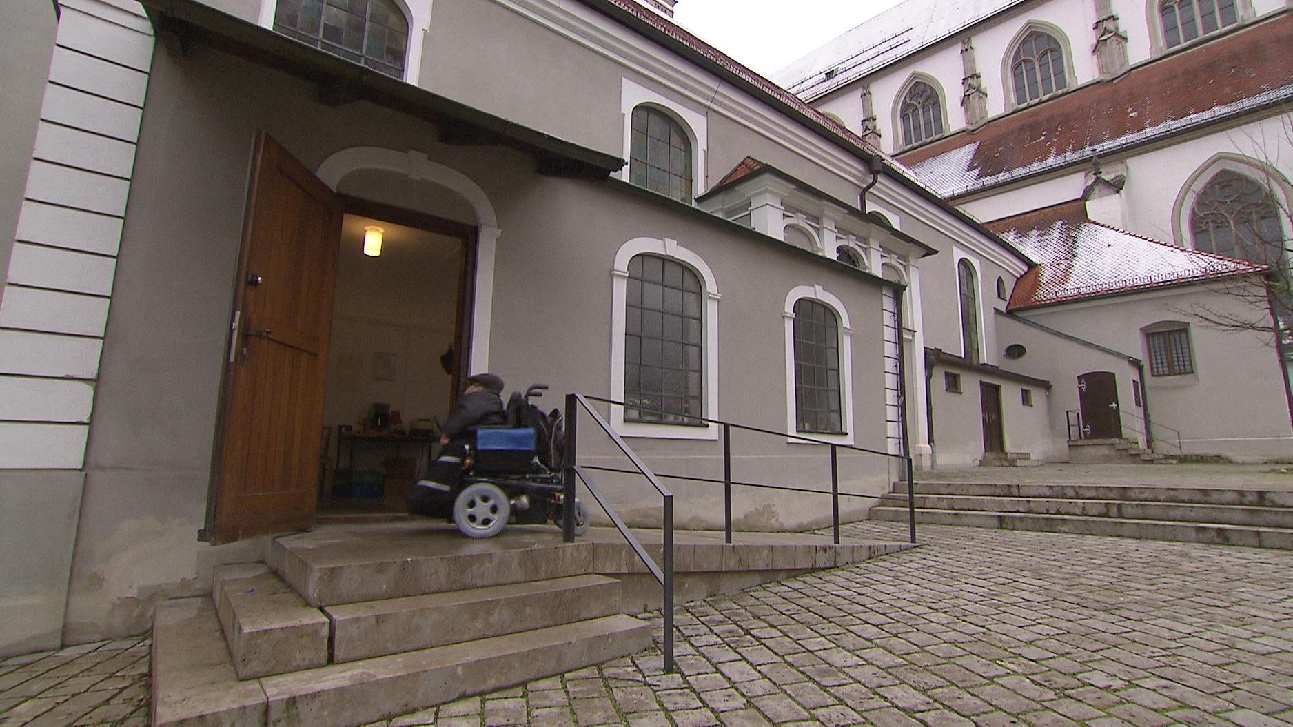 Stadtpfarrkirche Sankt Ulrich in Augsburg - die Rampe für Rollstuhlfahrer endet an einer zu hohen Schwelle.