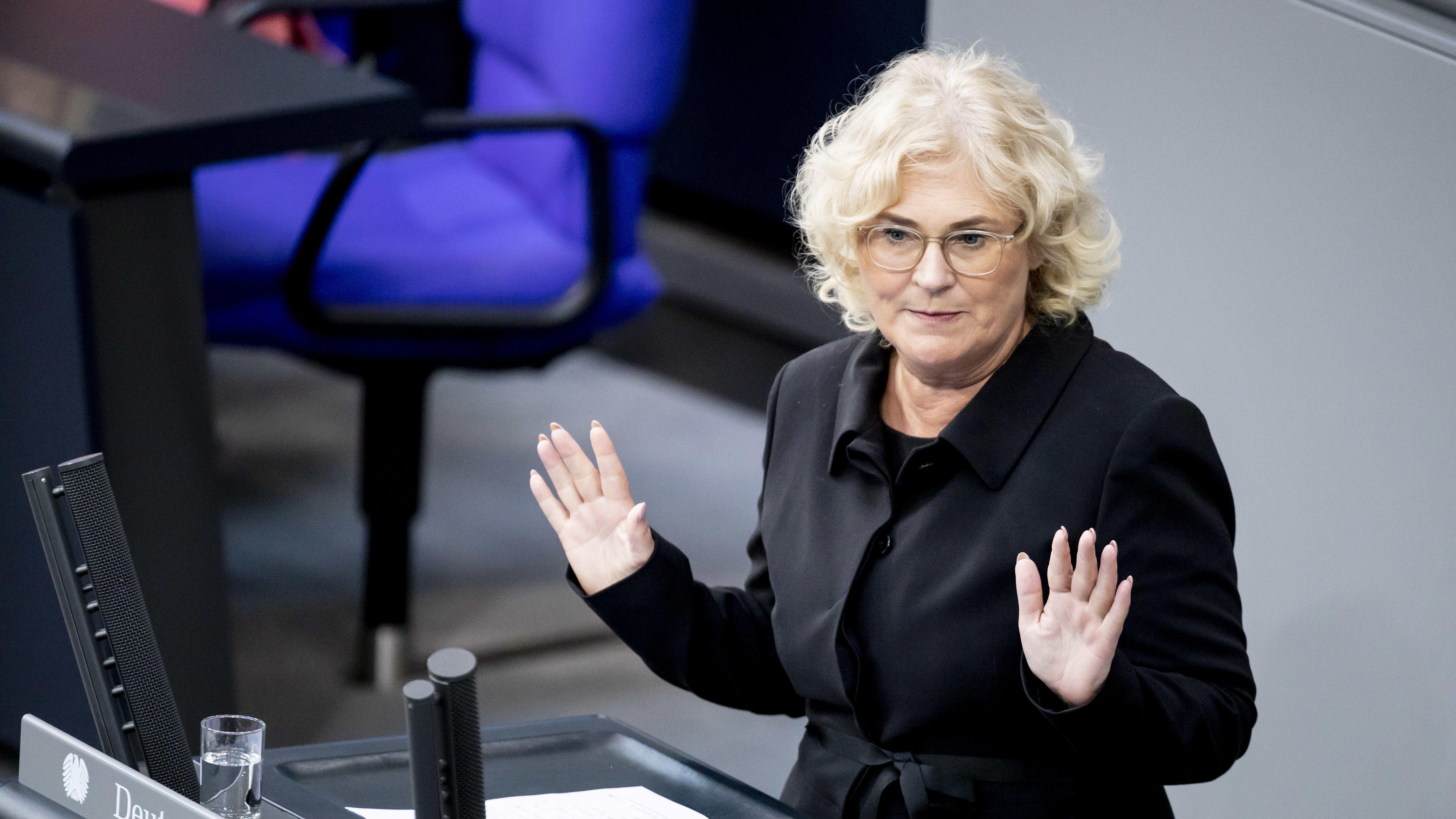 Christine Lambrecht (SPD), Bundesjustizministerin, spricht im Plenum im Bundestag.