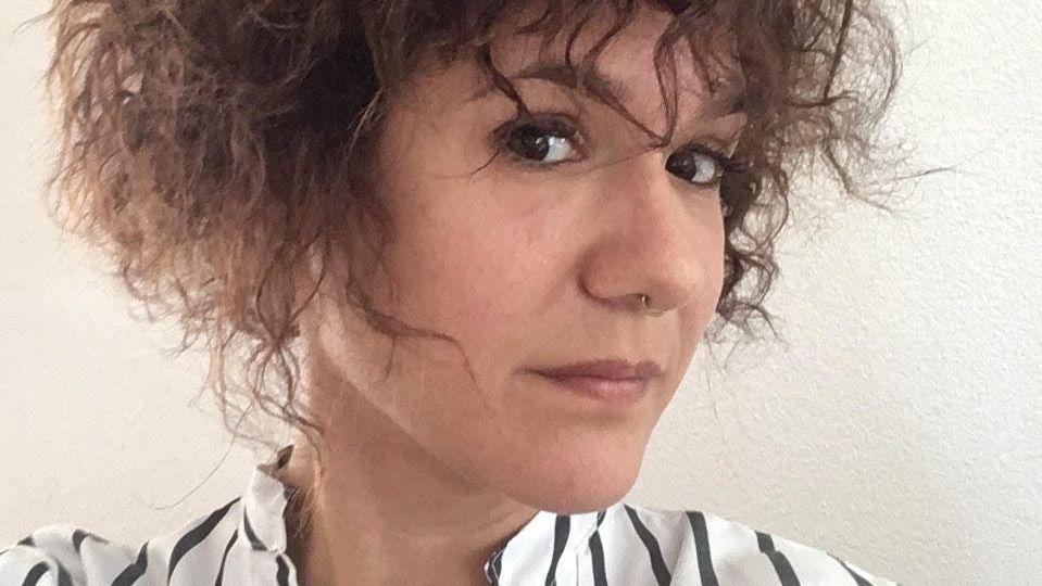 Kinga Tóth blickt mit leicht zur Seite geneigtem Kopf in die Kamera