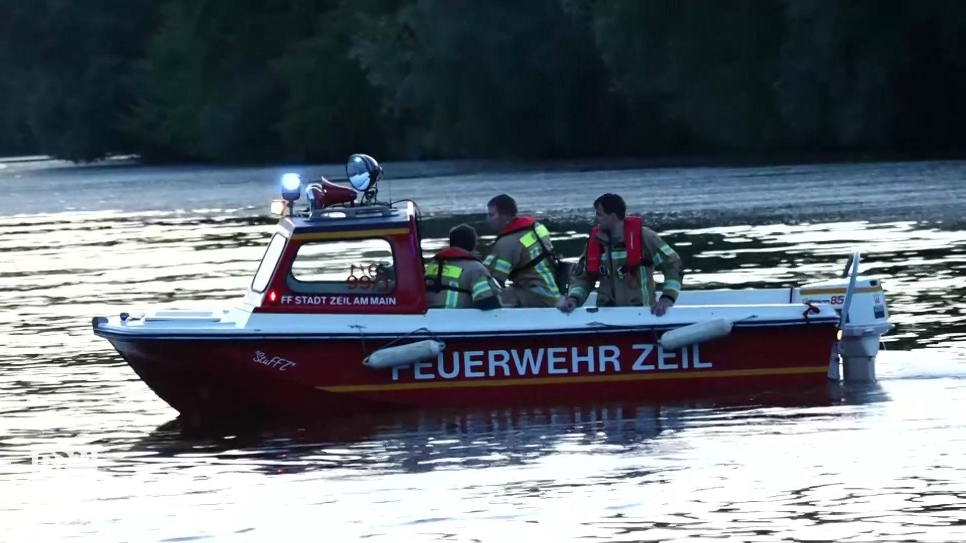 Einsatzkräfte der Feuerwehr bei tödlichem Badeunfall im Main bei Eltmann