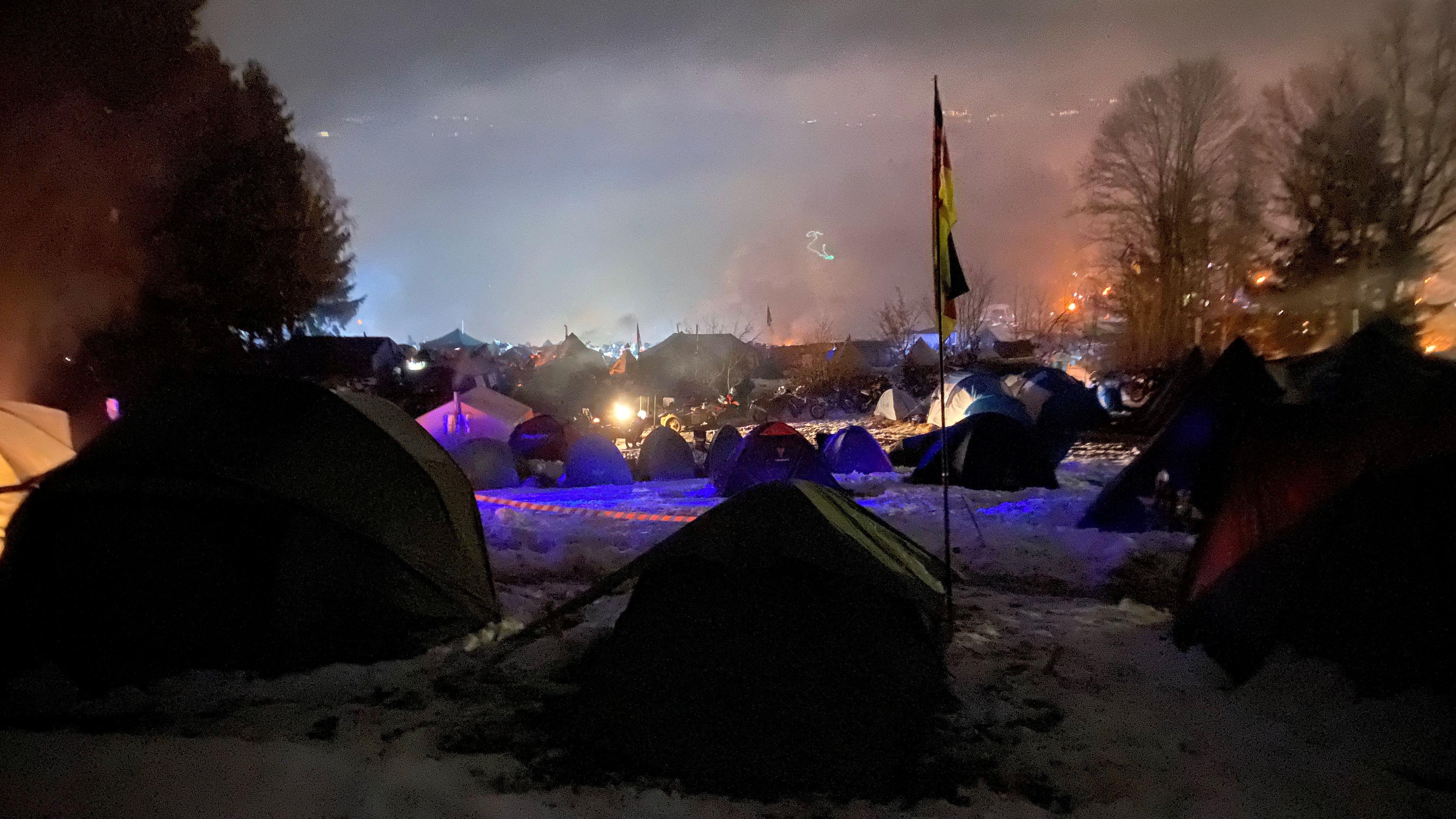In der Nacht auf dem winterlichen Zeltplatz
