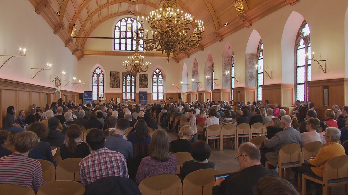 Im Historischen Rathaussaal in Nürnberg sitzen viele Menschen.