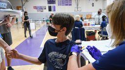 Impfung von Schülerinnen und Schülern in der Sporthalle einer Schule. In den USA wird dies schon praktiziert.   Bild:picture alliance / ZUMAPRESS.com   Paul Hennessy
