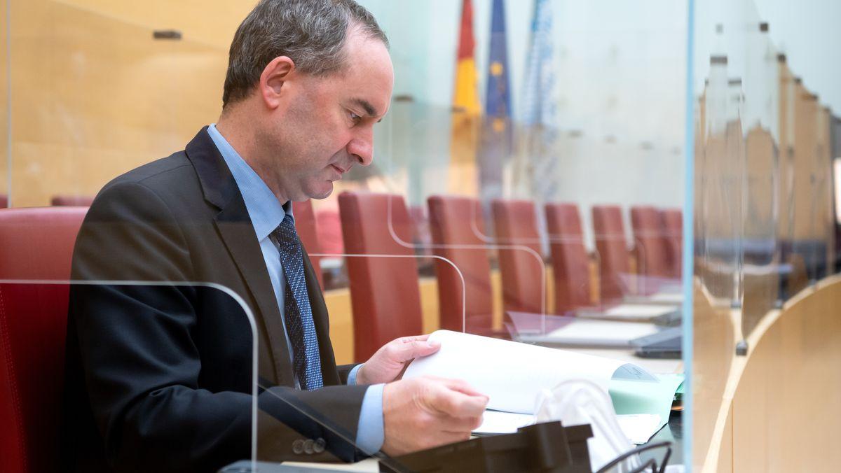Der bayerische Wirtschaftsminister und Bundesvorsitzende der Freien Wähler Hubert Aiwanger sitzt auf der Ministerbank im Bayerischen Landtag
