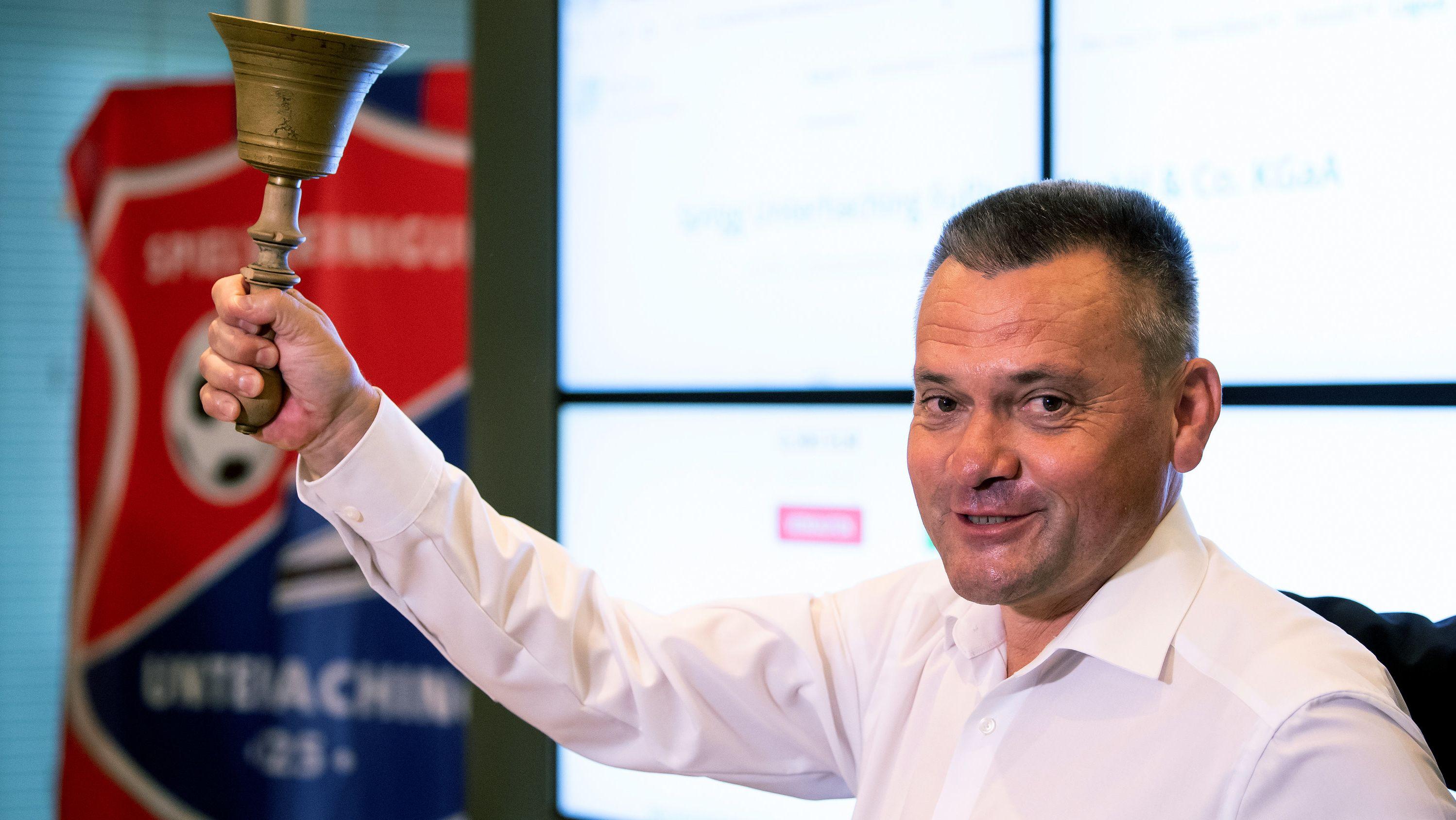 Unterhachings Geschäftsführer Manfred Schwabl  läutet die Glocke zum Börsenstart