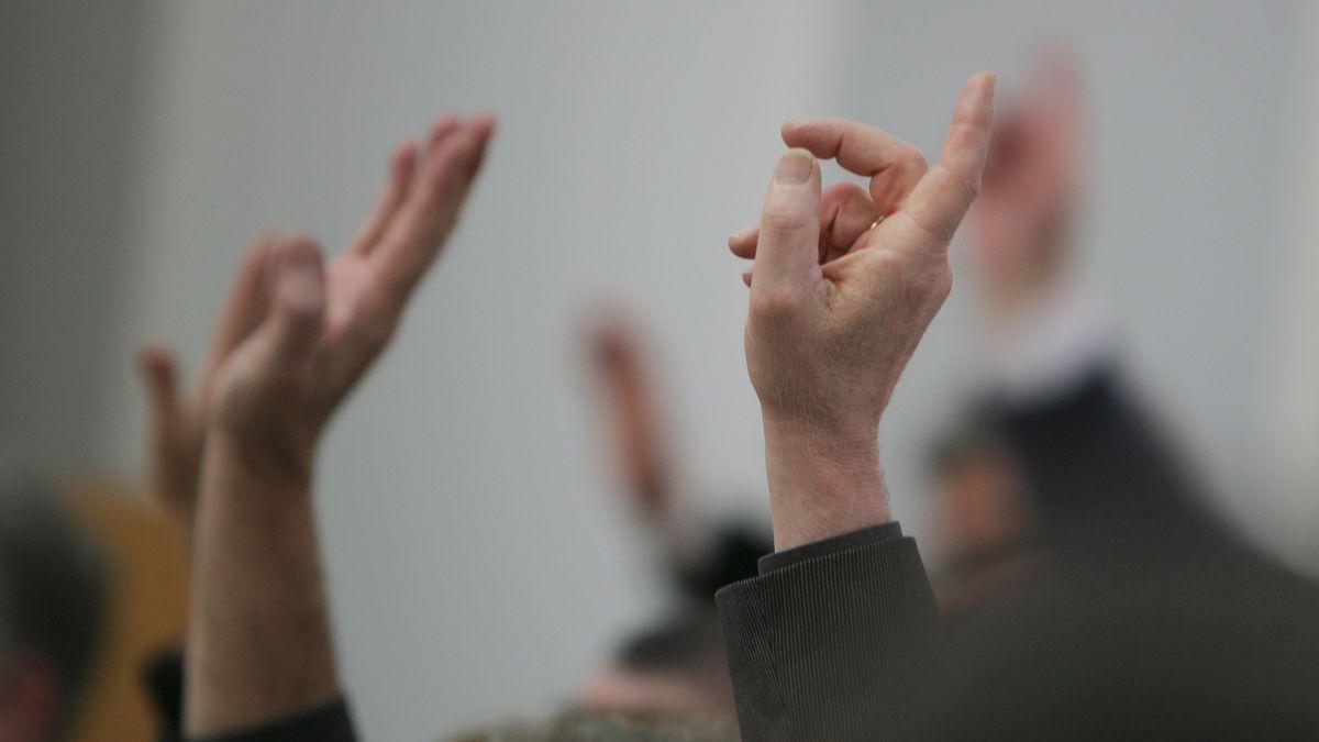 Gehobene Hände bei einer Abstimmung