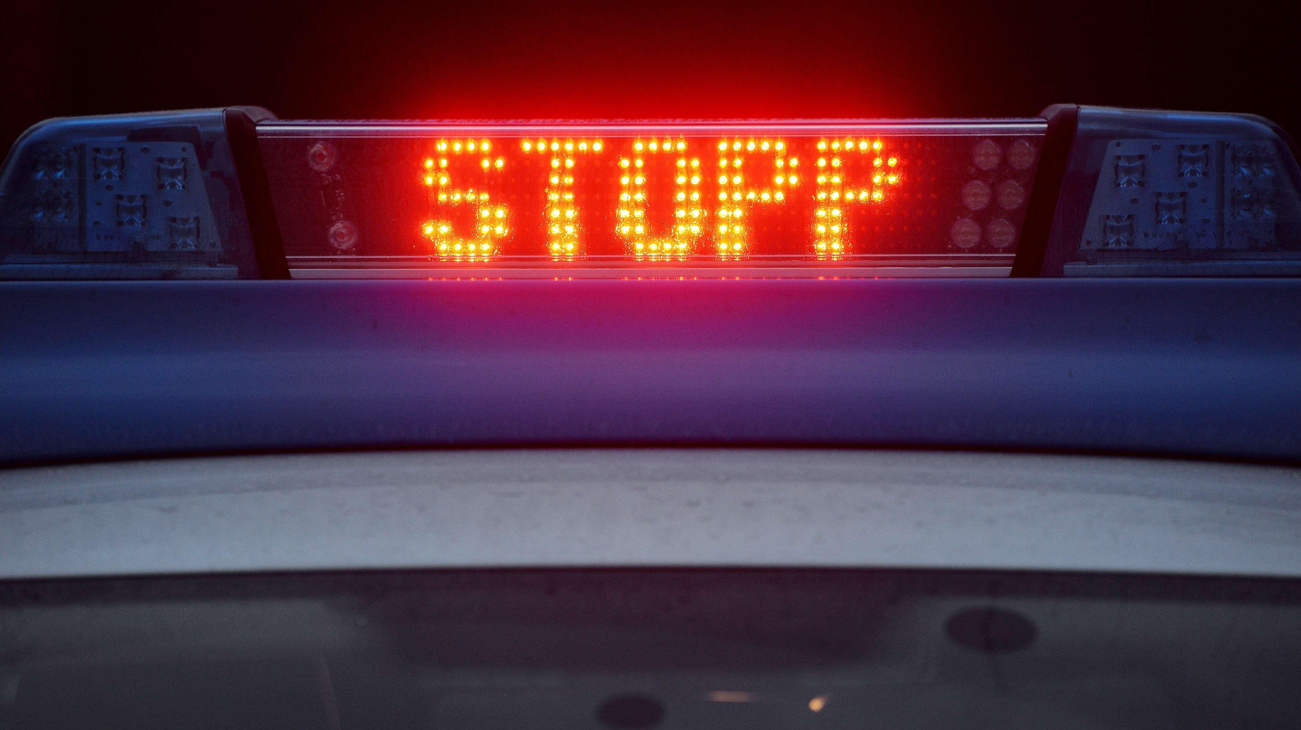 Symbolbild: Anhaltesignal auf Polizeiwagen