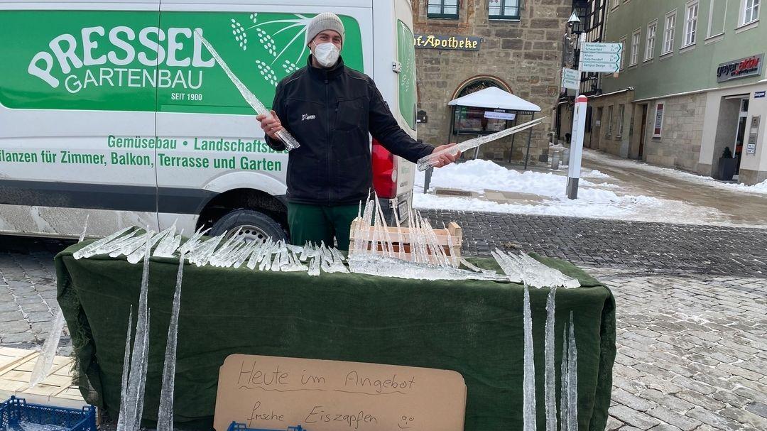 Michael Gröner von der Gärtnerei Pressel bietet kistenweise Eiszapfen auf dem Coburger Wochenmarkt an.