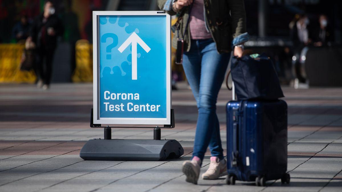 Symbolbild: Wegweiserschild zu einem Corona-Testcenter