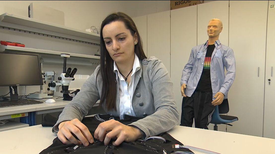 """Eine Erlanger Forscherin näht die Mikrofone in das""""GastroDigitalShirt"""""""