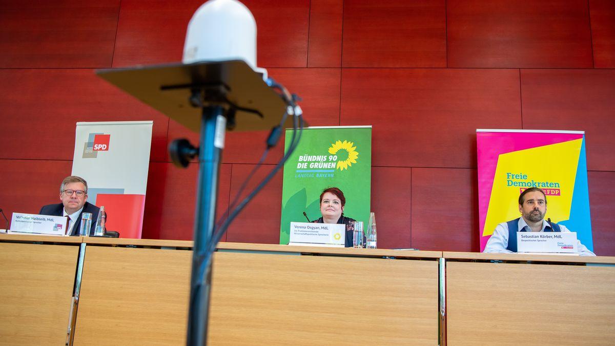 Volkmar Halbleib (SPD, l.), Verena Osgyan (Grüne, M.) und Sebastian Körber (r.) bei der Vorstellung der Gutachten am 29.07.21 im Landtag