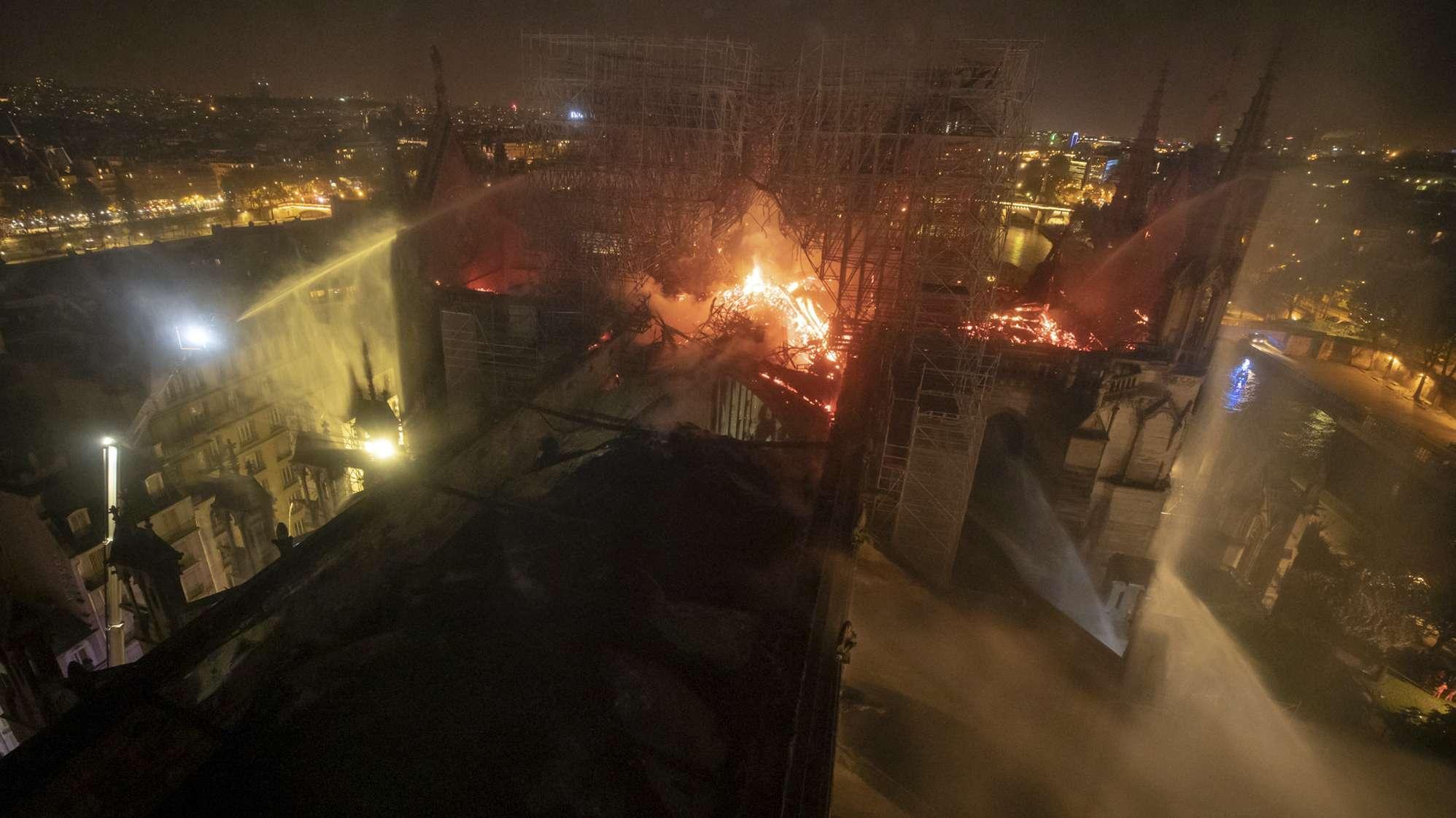 Brennendes Kathedrale Notre-Dam aus der Luft