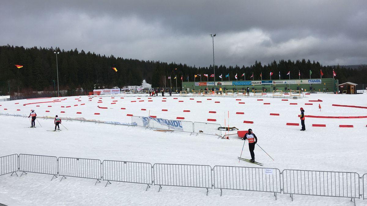 Dunkle Wolken über der Biathlon- und Langlaufarena in Finsterau