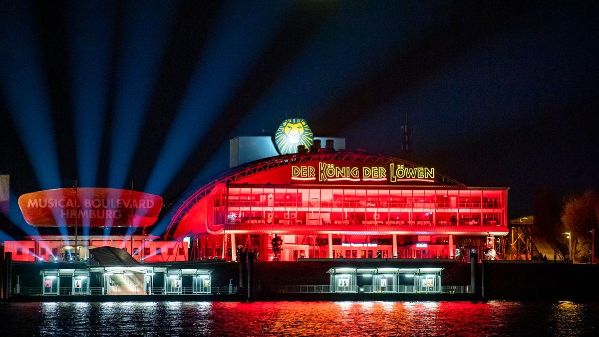"""Fassade von """"König der Löwen"""" im roten Licht"""