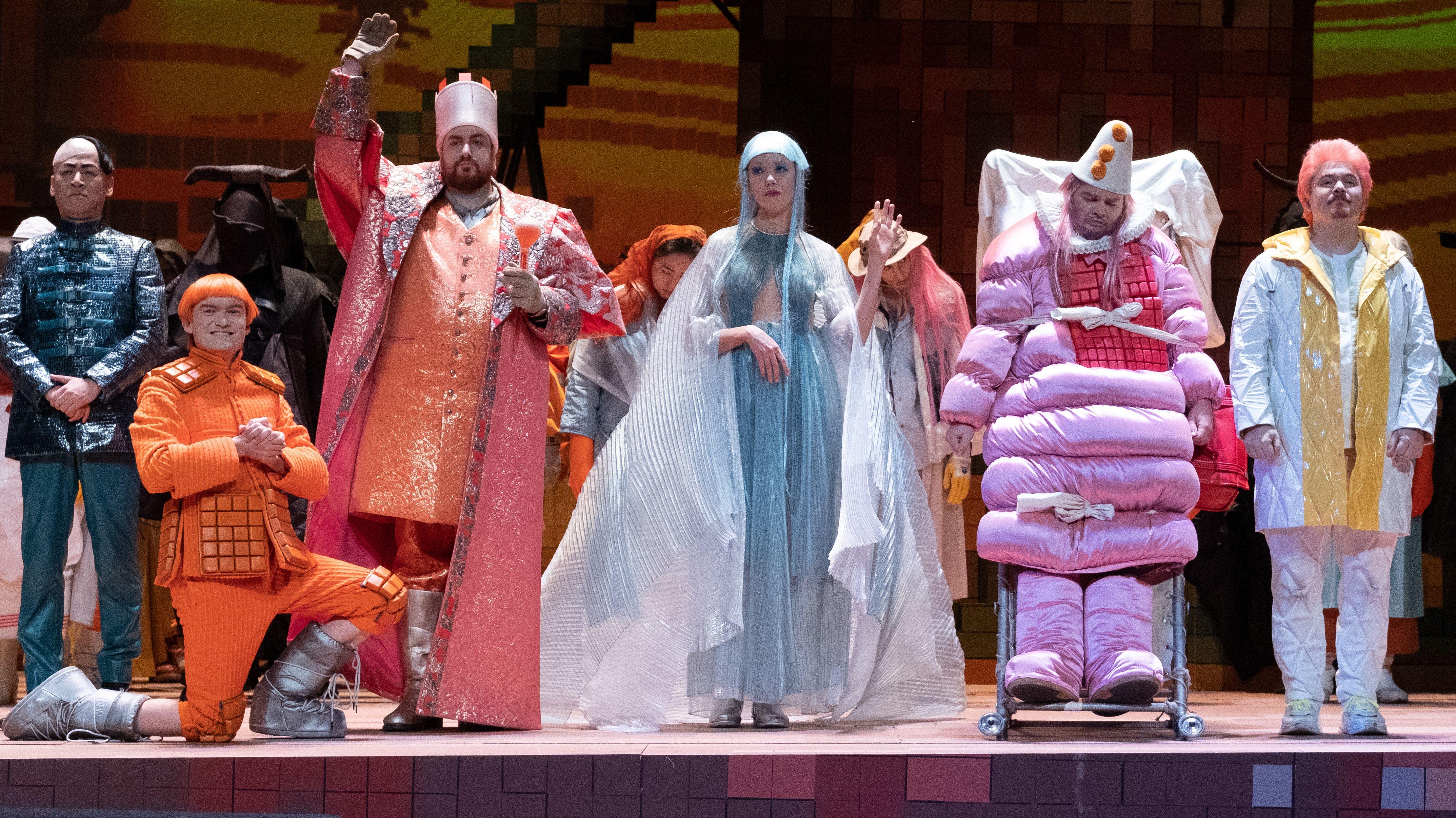 """Szene aus der Oper """"Die Liebe zu den drei Orangen"""" in Stuttgart"""