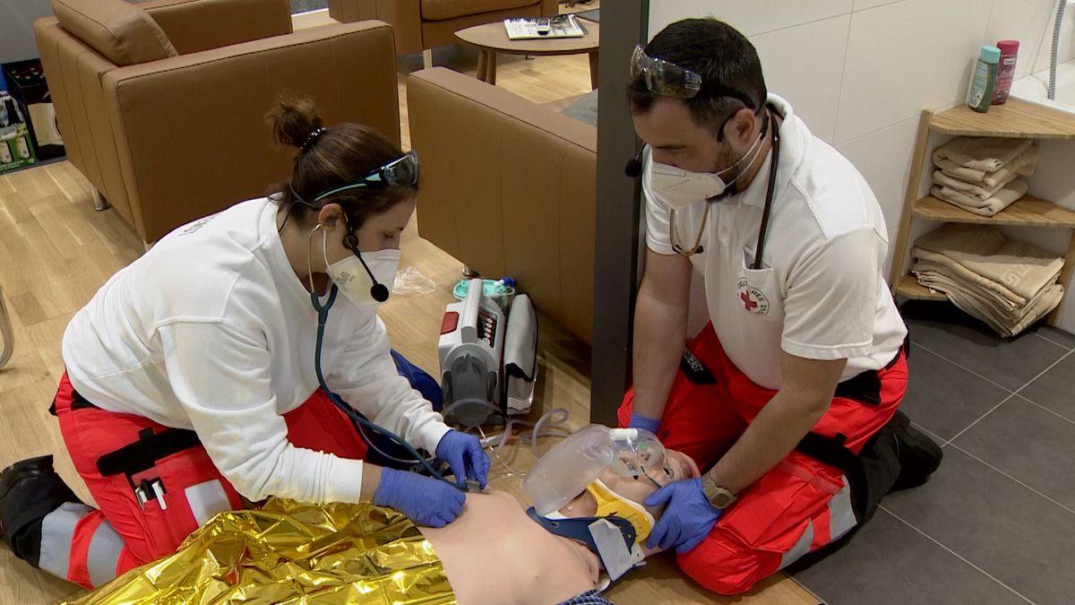Zwei Rettungssanitäter üben im Simulationszentrum an einer Puppe