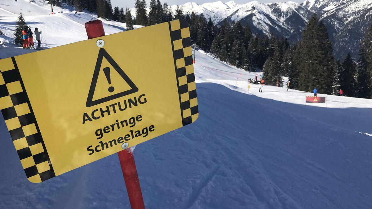 """Warnschild in den Bayerischen Alpen: """"Achtung geringe Schneelage"""". (Archivbild)"""