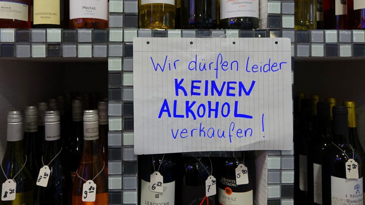 Tankstellen und Kiosks in Regensburg dürfen nach 22 Uhr keinen Alkohol zum Mitnehmen mehr verkaufen.