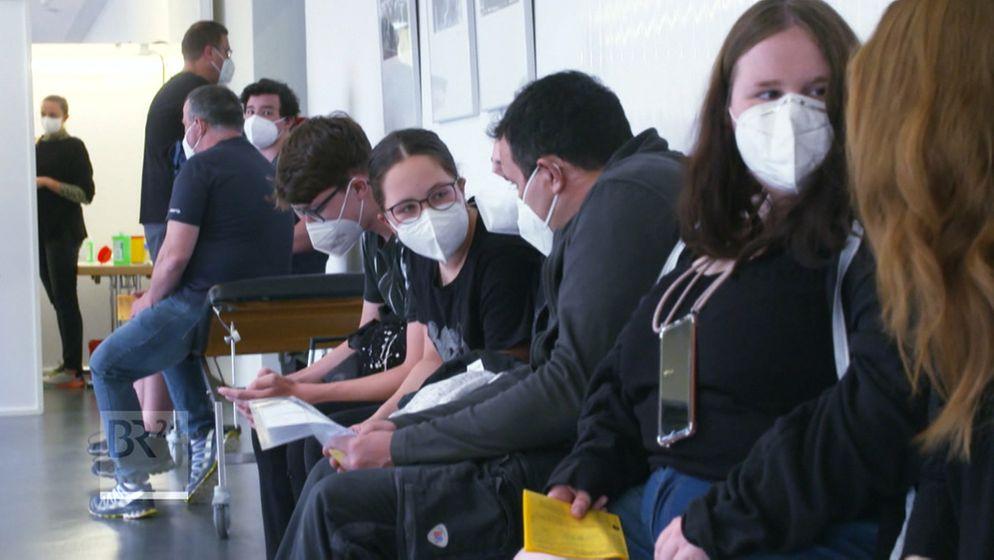 Jugendliche warten auf ihre Impfung   Bild:BR