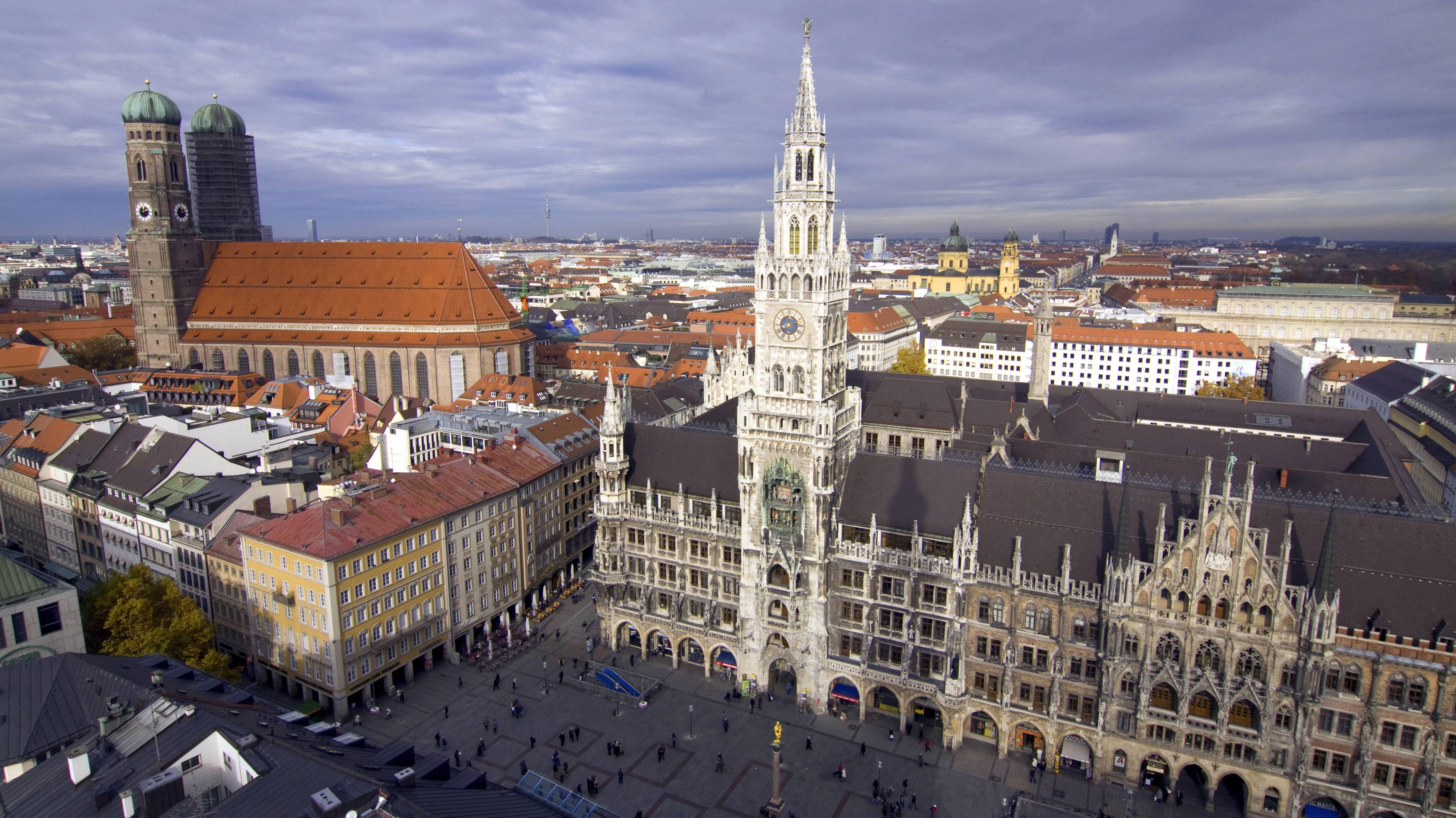 Blick von der Aussichtsplattform des Kirchturms Sankt Peter auf die Frauenkirche, Marienplatz und das neue Rathhaus in München.