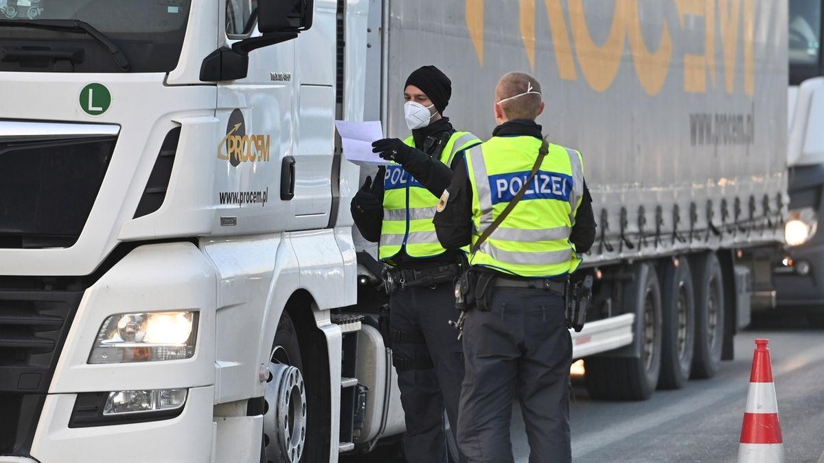 Grenzpolizisten kontrollieren einen Lkw.