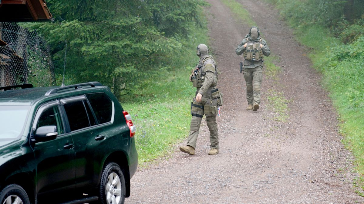 Polizisten durchsuchen ein Waldstück bei Oppenau.