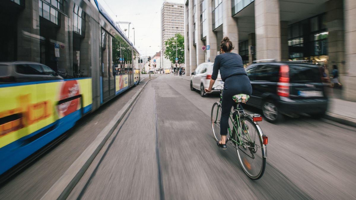 Eine Frau fährt auf einem Fahrrad durch die Münchner Innenstadt.