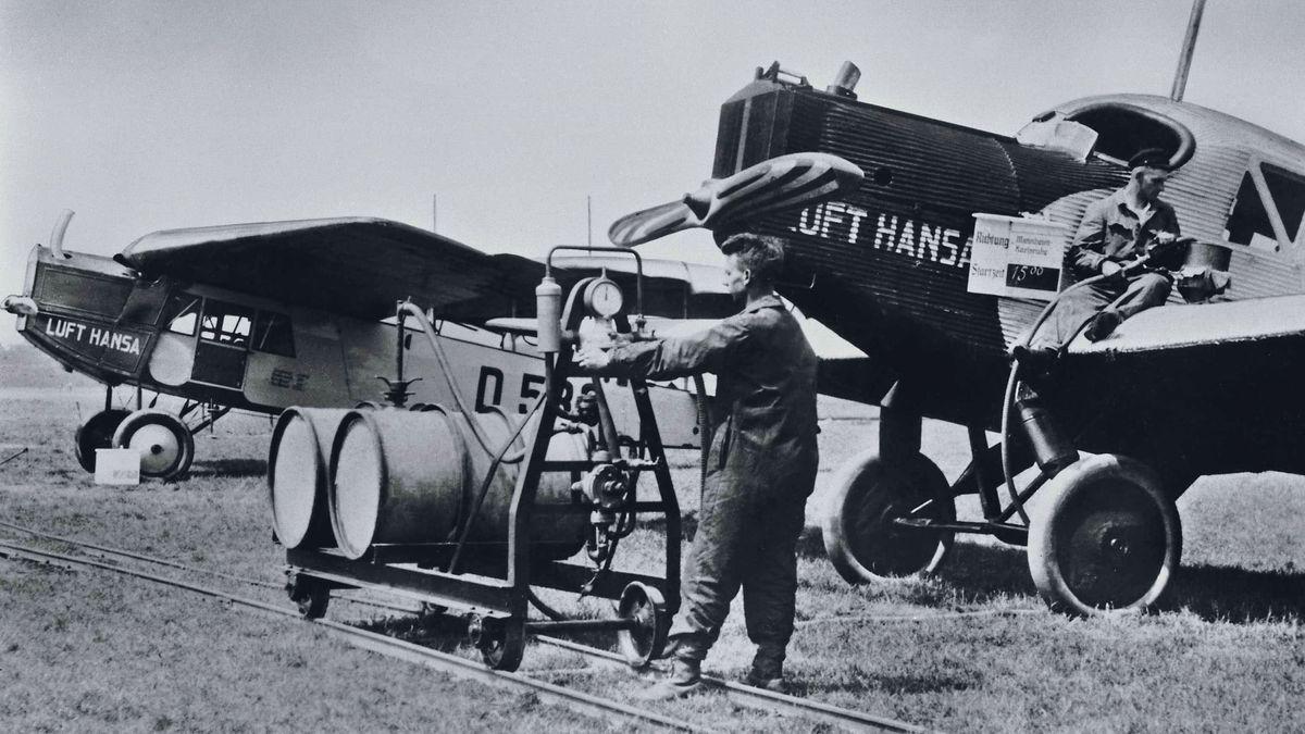 Zwei Mitarbeiter der Lufthansa betanken Flugzeuge vom Typ F13. Aufnahme von 1926