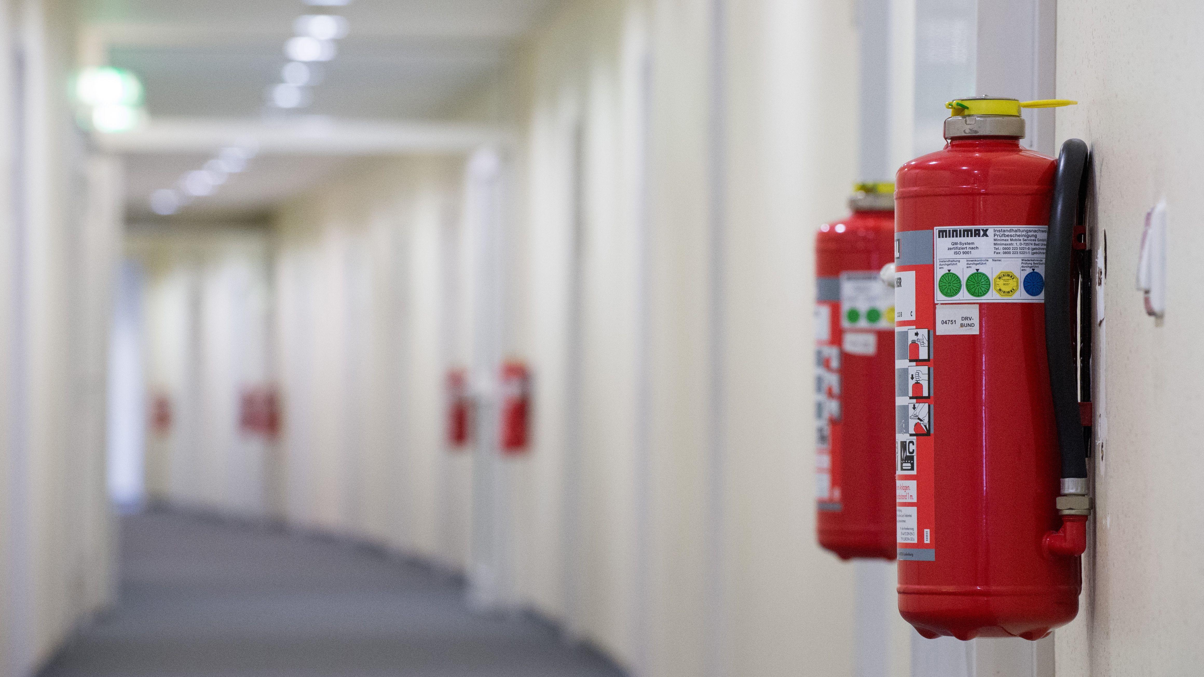 Flur in einer Behörde mit Feuerlöschern an der Wand (Symbolbild)