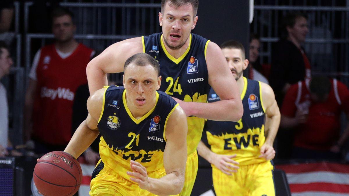 Robin Amaize (mit Ball) und Rasid Mahalbasic von den EWE Baskets Oldenburg